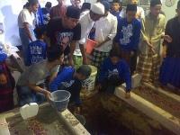 Puluhan Santri Pondok Pesantren Lirboyo Menggali Tempat Pemakaman