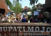 Ratusan Tenaga Honorer Demo di Depan Kantor Bupati Mojokerto