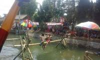 Lomba Gepuk Bantal di Sungai Kumuh, Ramaikan HUT Kemerdekaan RI ke 70