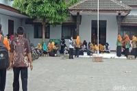 Tak Bisa Daftar CPNS, Ratusan Guru Honorer di Blitar Mogok Kerja