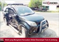 Pandangan Terhalang Mobil, Truk Serempet Mobil di Bandarkedungmulyo Jombang